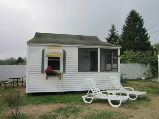 The Beaches Motel & Cottages: Great front porch!!