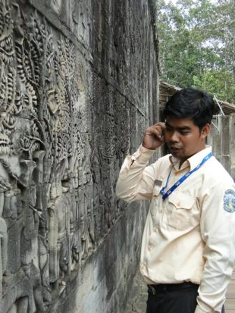 Nicky Angkor Day Tours : Nicky explaining the wall outside of a temple