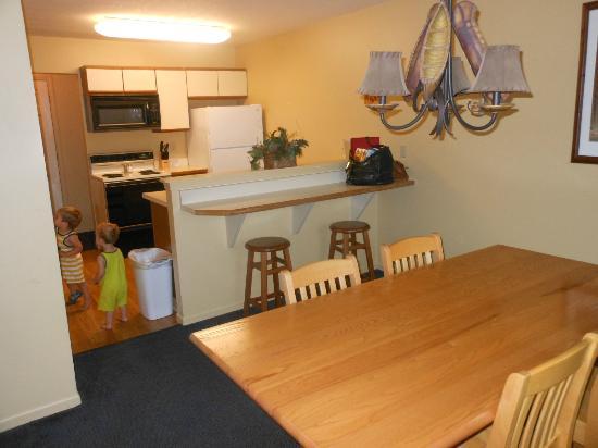 Telemark Resort: dining area/kitchen