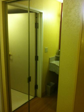 Courtyard Houston Westchase : mirror closet king suite