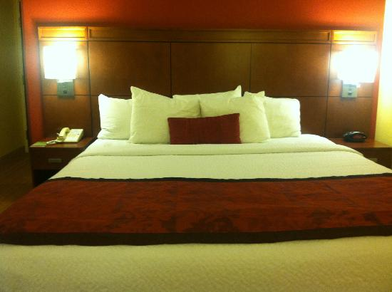 Courtyard Houston Westchase: king suite bed was comfy