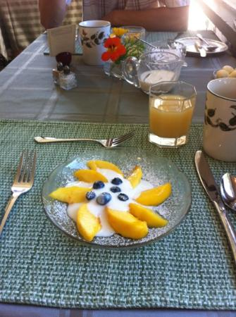 Richmond House B&B: Local peaches