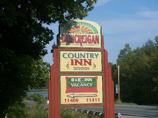 Duncreigan Country Inn: Entrance from the main road