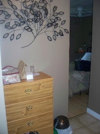 The Poplar B&B: Dresser in the room