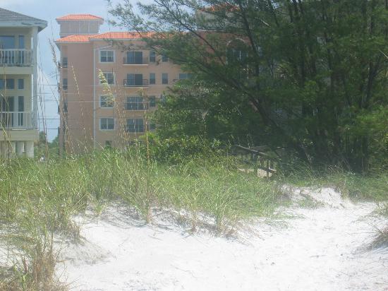 ماديرا باي ريزورت آند سبا: walkway from hotel to beach 
