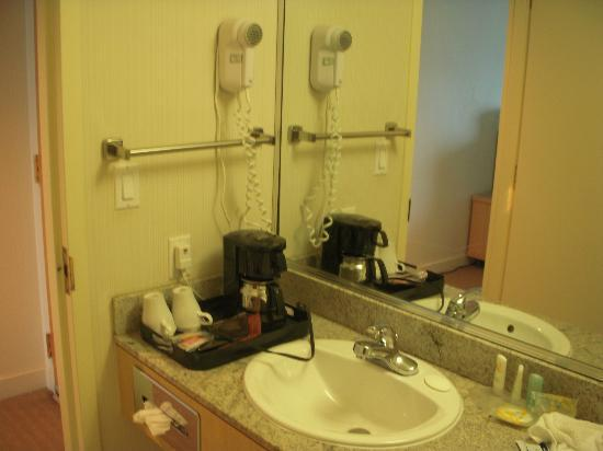 Quality Hotel Airport South: Coffee maker in bathroom