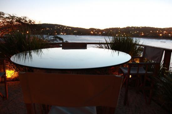Insolito Boutique Hotel: Un mesa en el deck