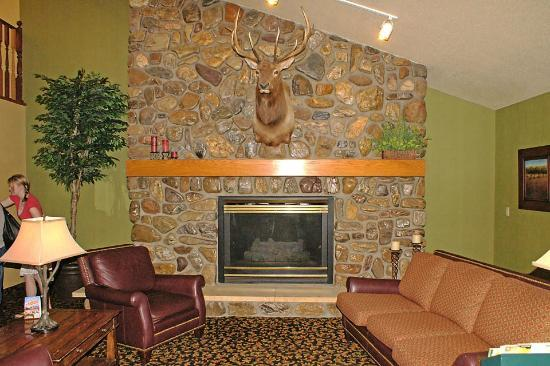 AmericInn Lodge & Suites Rapid City: Sitting area downstairs by the lobby