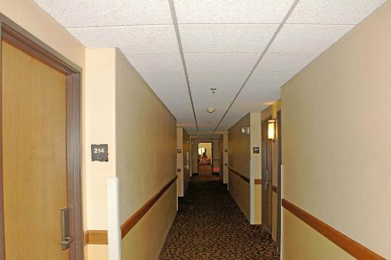 AmericInn Lodge & Suites Rapid City: Hallway leading to rooms