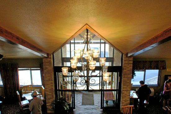 AmericInn Lodge & Suites Rapid City : View looking at the entrance from upstairs