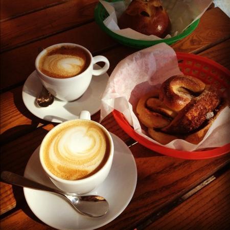 Apent bakeri: Cappuccino og gode boller på Åpent Bakeri en lørdag formiddag i september.