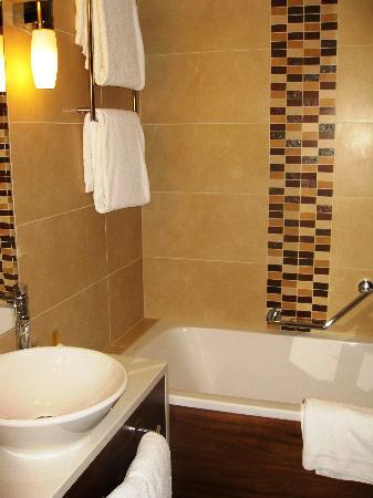 Hilton Garden Inn Hotel Krakow: cozy bathroom