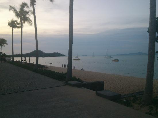 Hansar Samui Resort: Just outside the hotel at sunset