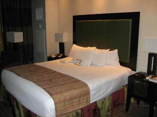 Eastside Cannery Casino & Hotel: king bed