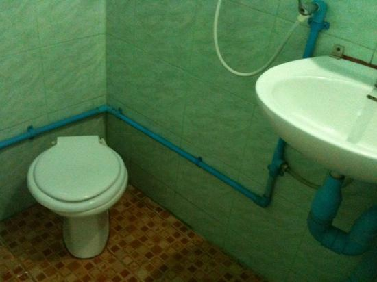 Chiang Saen Guest House: the bathroom
