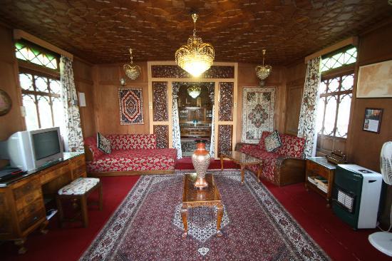 WelcomHeritage Gurkha Houseboats: Living area