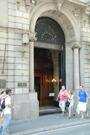Hotel 1898: Hotel entrance facing La Rambla