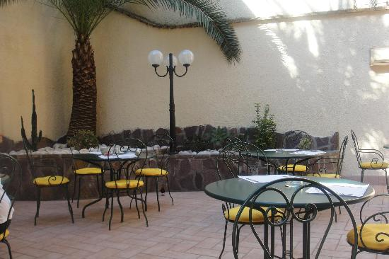 Hotel Verona: breakfast courtyard