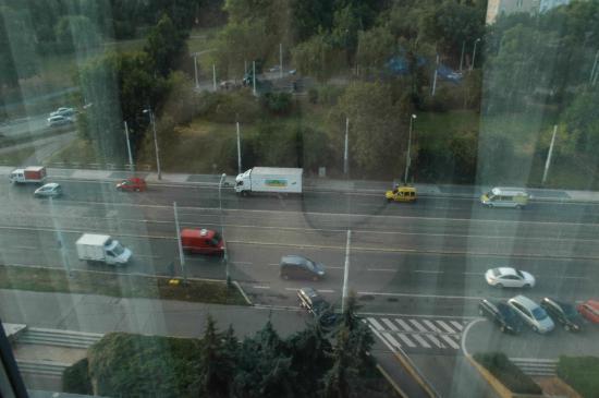Orea Hotel Pyramida: In der Nacht bei geschlossenm Fenster kann man nicht schlafen (zu laut und zu warm)