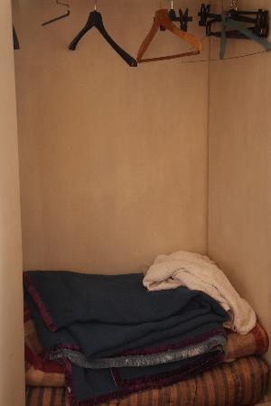 Garibaldi's Relais : L'armoire avec couvertures poussièreuses et serviettes sales à l'interieur