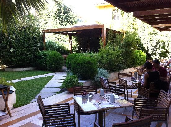Electra Palace Athens: breakfast garden view