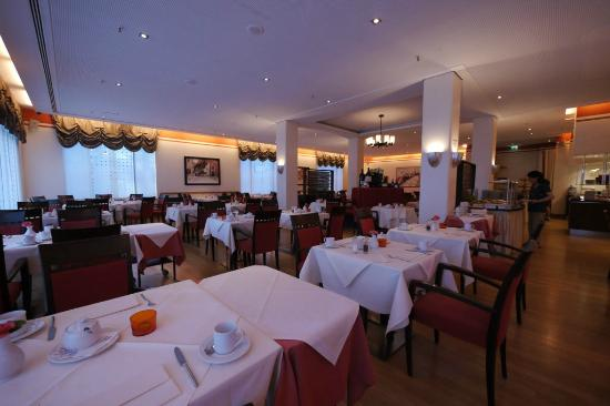 Sheraton Carlton Hotel Nuernberg: Hotel restaurant, set for breakfast