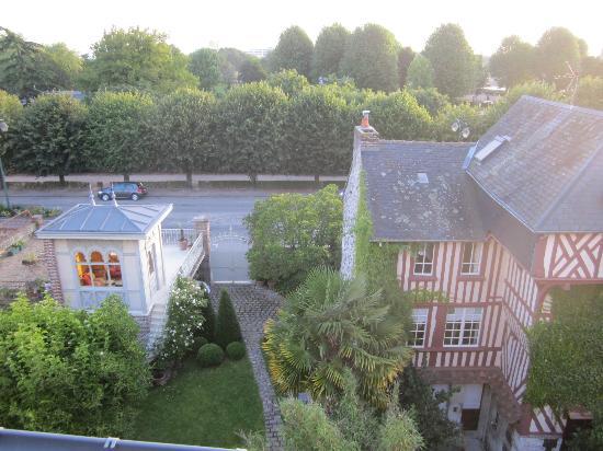 La Petite Folie: Belle vue sur le jardin et au loin le port.