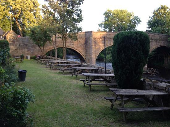 The Rutland Arms: Beer Garden by the river