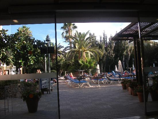 H10 Vintage Salou : Bar leading to pool area
