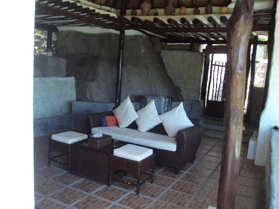 Anankhira Villas: Entrance and lounge