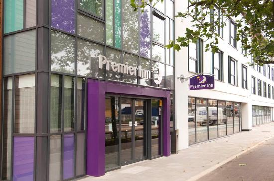 Premier Inn London Richmond Hotel: Main Entrance