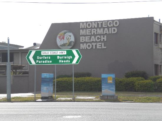 A'Montego Mermaid Beach Motel: Road view