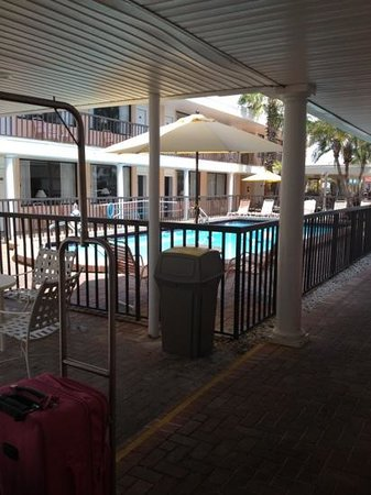 Thunderbird Beach Resort: Pool near front desk- refreshing after the beach