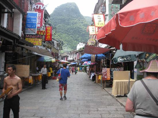 Starway Yangshuo Xijie Xinfu'an Hotel: Looking down West St, near the hotel.