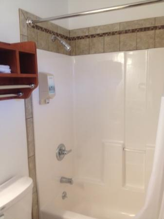Black Hawk Motel & Suites: Beautiful shower and bathroom.
