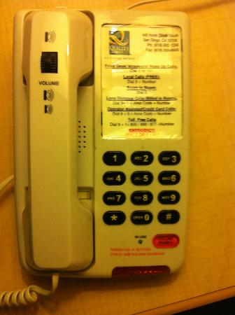 Super 8 San Diego Hotel Circle: The wonderful phone set !!!