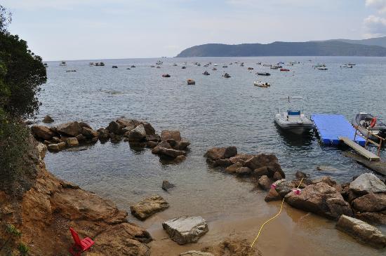 Camping Village le Calanchiole: Les enfants ne sont jamais oubliés, grâce à cette adorable petite plage faite pour eux.