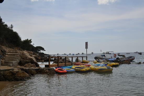 Camping Village le Calanchiole: Les multiples embarcations à disposition dans la calanque...