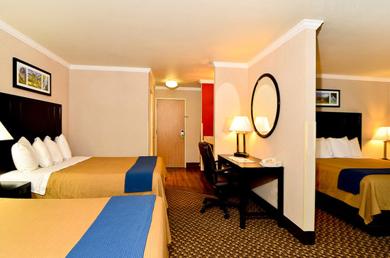 Comfort Inn Columbia Gorge Gateway: Plenty of room in our family suites!  May 2012