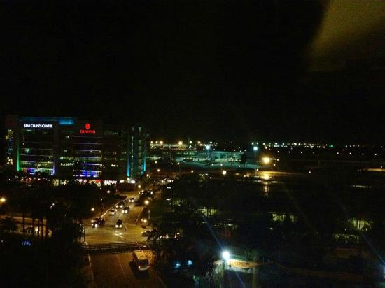 Manila Marriott Hotel: view from Executive Suite Room # 705 at night