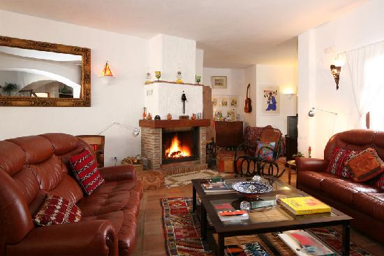 Hotel Los Castanos: Drawing room with roaring fire and view to the snug