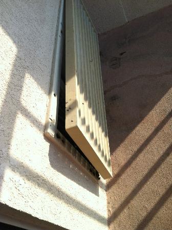 ساندكاسيل أوشيانفرونت ريزورت: Broken Air Condition Cover That Leaked 