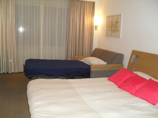 Novotel Rotterdam Brainpark: king sized bed and bed settee