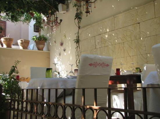 Avli Lounge Apartments: Столики-стульчики Ресторана