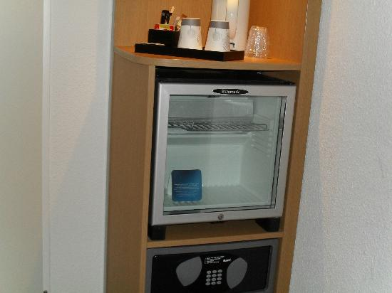 Novotel Rotterdam Brainpark: fridge and tea,coffee making facilities