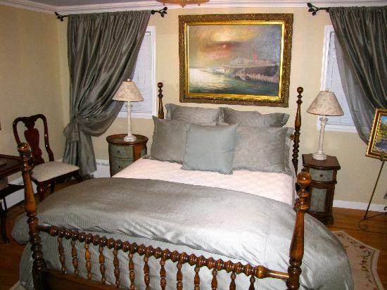 The Hudson River Crest B&B: Periwinkle Room