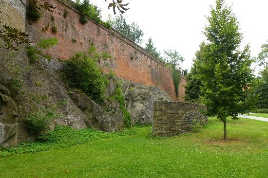 Bezrucovy Sady: walls