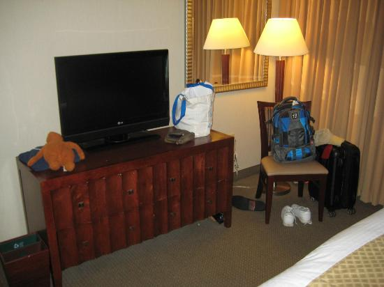 DoubleTree Suites by Hilton Hotel Philadelphia West: TV in livingroom