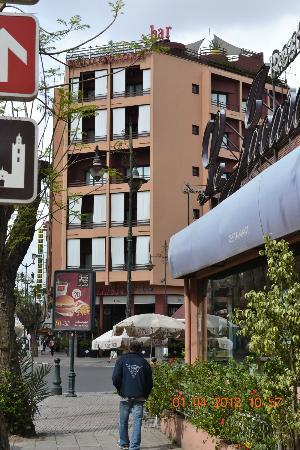 Hotel La Renaissance: L'Hotel Vue De La Rue D'En Face