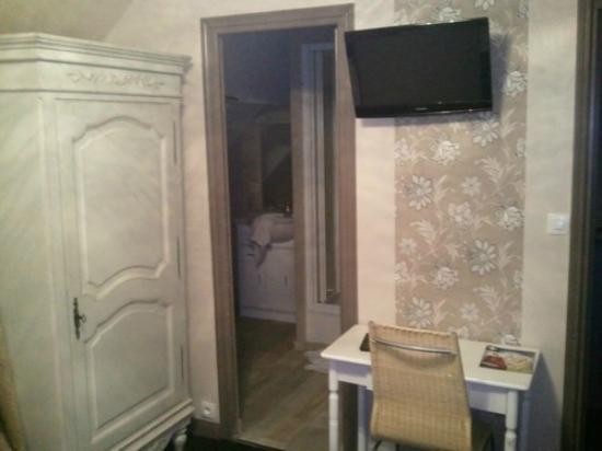 Equinoxe Hotel: chambre et salle de douche